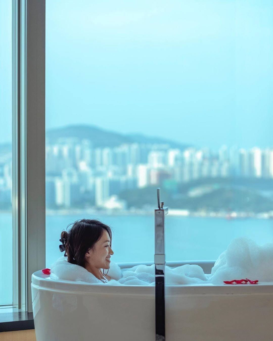 Bubble bath and stunning sea view, what else can we ask for!?  Reserve your next romantic staycation with us #atEAST  #MoreforLess #StayatEAST #EASTHongKong  📷: @vinci_tsang_823